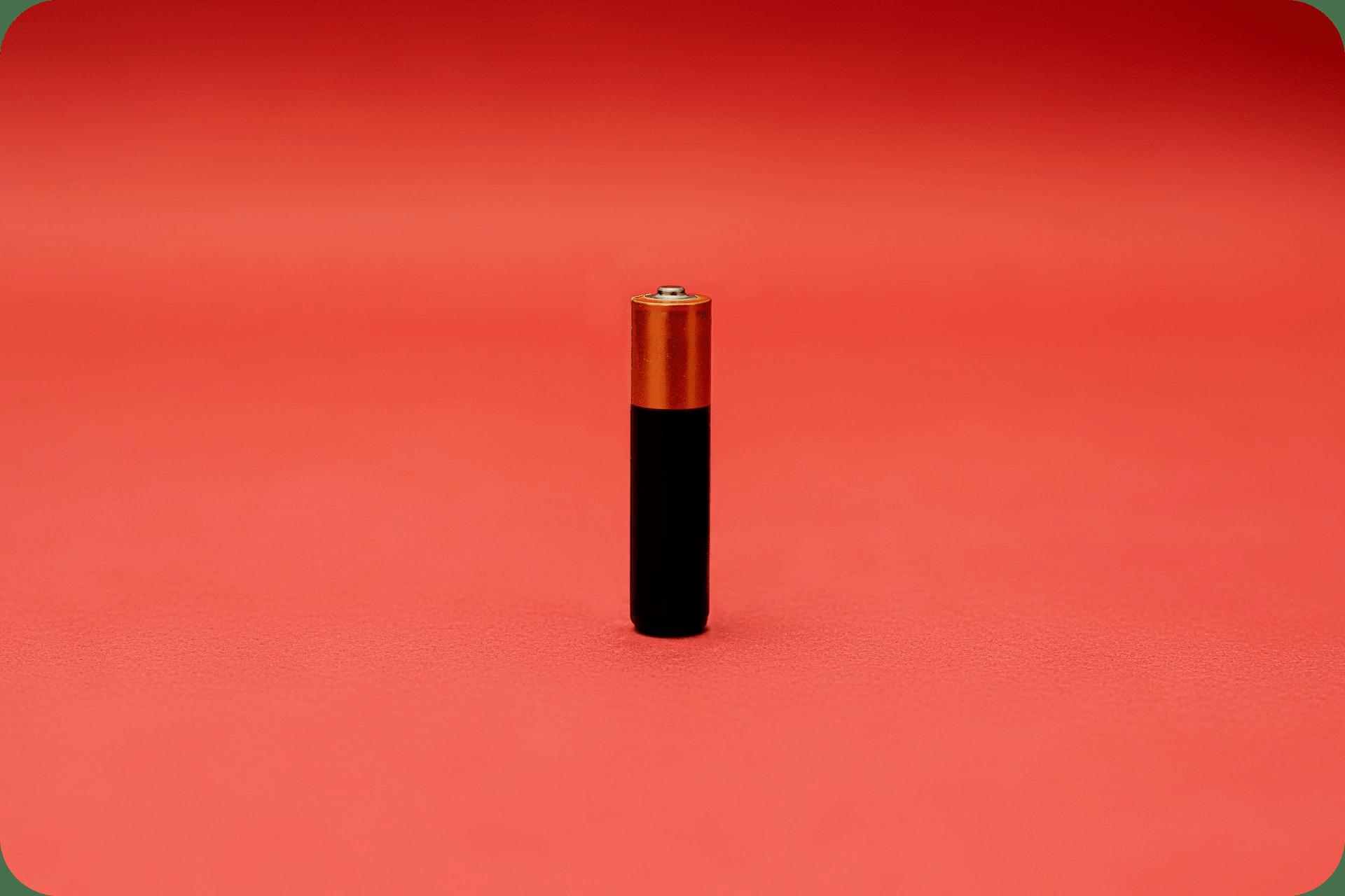 pile sur fond rouge