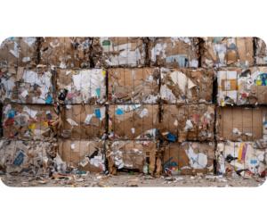 Tas de balles de carton en attente de recyclage