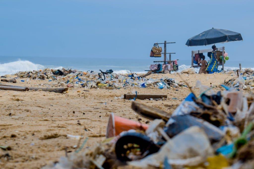 plage jonchée de déchets